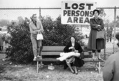 Elliot Erwitt es uno de los fotógrafos de mayor prestigiode la conocida Agencia Magnum. Hijo de judíos, emigró a Estados Unidos durante la Segunda Guerra Mundial.Su carrera fotográfica comenzó a principio de los años 40, primero en un estudio de Hollywoody más tardeconsiguiendo imágenes para diferentes medios de comunicación. En uno de sus viajes de trabajo conoció al mismísimo Robert Capa,forjando una gran relación de amistad y profesional. En 1953 Robert Capa le invitó a formar parte…