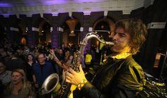 DJ met saxofonist! Super cool idee voor jullie bruiloft! Meer info op: http://www.17sounds.nl/bruiloft-dj/dj-met-saxofonist