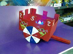 Carreta  tipica con  carton reciclado . Pop Can Crafts, Arts And Crafts, Paper Crafts, Cardboard Design, Cardboard Art, Beer Can Art, Aluminum Can Crafts, Soda Can Art, School Fair