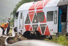 Nach einem Erdrutsch ist auf der linken Rheinstrecke nahe Bacharach ein Zug entgleist. Der Lokführer und neun Passagiere wurden verletzt, die Strecke Koblenz-Frankfurt bleibt bis auf Weiteres gesperrt.