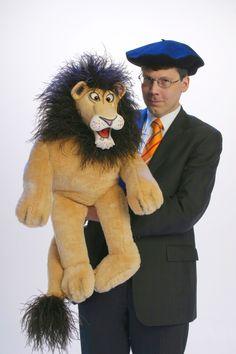 De leeuw Leonardo van buikspreker Aarnoud Agricola treedt ook op in de buikspreekshow 'Rijmende dieren van de axenroos'.