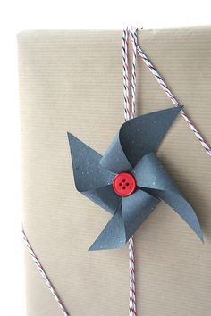 DIY Pinwheel Bow - although I am not a fan of this twine, I adore the pinwheel for a child's gift! Creative Gift Wrapping, Creative Gifts, Wrapping Ideas, Craft Gifts, Diy Gifts, Diy Pinwheel, Gift Wrapping Techniques, Gift Wraping, Christmas Gift Wrapping