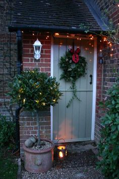 I'm here to beg you:Don't neglect the garden at Christmas time!Make your very own Modern Country Christmas Garden! There's so much opportunity on even the smallest scale, to get creative. In fact, it Cosy Christmas, Cottage Christmas, Christmas Porch, Outdoor Christmas, Country Christmas, Modern Christmas, Christmas Wreaths, Christmas Lights Outside, Christmas Fairy Lights