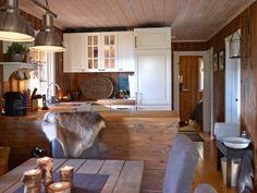 ÅPENT: Kjøkkenet, spisestuen og stuen er i en åpen løsning. Det er praktisk og gir en god romfølelse. Cabin Interiors, Dining Table, Cottage, Rustic, Furniture, Home Decor, Country Primitive, Decoration Home, Room Decor