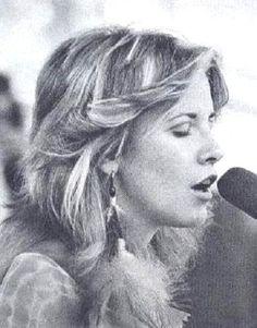 Stevie Nicks - Fleetwood Mac Her soul is in her face. Lindsey Buckingham, Stephanie Lynn, Stevie Nicks Fleetwood Mac, We Will Rock You, Portraits, Look Vintage, Female Singers, Her Music, Celebs