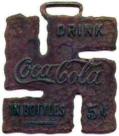 Nos anos de 1910 e 1920 a Coca-Cola distribuía pingentes em forma de suástica (na época um amuleto de sorte), que só ganharia o significado atual com o advento do Nazismo nos anos 30