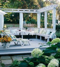 Het houten terras legt het tempo op in de tuin