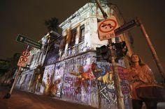 O último canto do cisne... O casarão, pouco antes de ser demolido. Projeções de videoartistas do munto inteiro colorem prédios da rua Augusta (SP) - Fotos - UOL