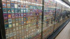 Au Japon, les cartes à jouer dérivées des manga sont ultra populaires. Pokémon et Dragon Ball restent les plus connues mais il y a aussi Yu-Gi-Oh!. Si vous voulez vous rendre compte du nombre de cartes issues de la série qui sont sorties depuis 1999 à nos jours, à l'occasion de la sortie du film Yu-Gi-Oh! The Movie: The Dark Side of Dimensions, les 7649 ont été explosées dans la station de Shinjuku à Tokyo.