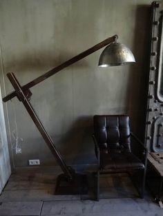 In bestelling: Werkelijk mega grote (op de foto staat er een forse stoel bij!) industriële stoere houten...
