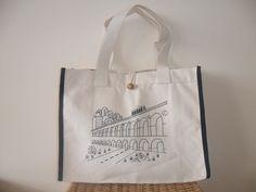 bolsa de lona em algodão crú, estampa dos arcos da lapa, com bolso interno e botão de madeira. ecologicamente correta....