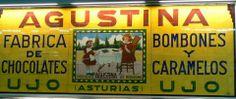 Antiguo anuncio en azulejo de la fábrica de chocolates, bombones y caramelos AGUSTINA, en Ujo.  Este anuncio estaba la antigua estación de El Vasco, en Oviedo.