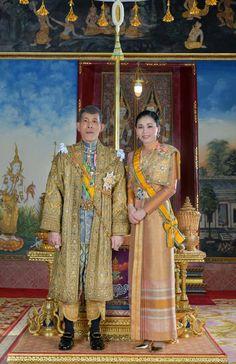 König Maha Vajiralongkorn: Prachtvolle Krönung in Thailand Thailand Monarchy, King Rama 10, King Thailand, Thailand Princess, Royal Tea Parties, Bangkok, Thai Dress, Military Women, Royal House