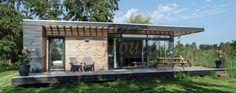 Dit gastenverblijf in Tienhoven is een recent opgeleverd project. Model Tienhoven heeft een  bijzonder moderne look met veel glas. Door te werken met lattenwerk in de brede luifels ontstaat er mooi gedoceerd licht.