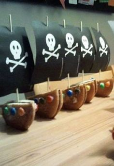 Eierkoek piratenschip Pirate Birthday, Pirate Theme, Party Treats, Party Snacks, Classroom Treats, Edible Crafts, School Treats, Happy B Day, Food Humor