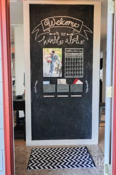 -Chalkboard Entryway – Dwell Beautiful Dwell Beautiful creates a beautiful and functional chalkboard entryway / chalkboard wall in a few easy steps! Check out her process and see how she does it! Kitchen Chalkboard, Diy Chalkboard, Chalkboard Walls, Christmas Chalkboard, Diy Tableau Noir, Porte Diy, Chalk Wall, Chalk Board Door, Chalk Board Wall Ideas
