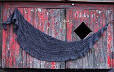 Ohuehkosta ylellisestä langasta neulottu huivi on asuste, jolle on käyttöä suomalaisoloissa ympäri vuoden.
