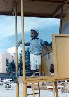 Barack Obama rides a tricycle during his childhood in Hawaii! Photo of Maya Soetoro-Ng, Barack Obama Sr. with his son in Honolulu, Lolo Soetoro. Barack Obama Childhood, Barack Obama Family, Michelle Obama, First Black President, Mr President, Black Presidents, American Presidents, Joe Biden, Durham