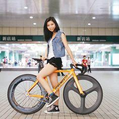 Repost from @y.c.tang #大概是全世界第一個用這姿勢拍照的Fixiegirl  Wierd pose but I like it.  .  .  .  #Fahrrad #Bicicleta #Bicicletta #velo #자전거 #픽시 #自転車 #ピスト #Trackbike #pista #死飛 #競輪 #keirin #fixie #fixedgear #固齒 #Taiwan #FixieTaiwan #bikeporn #bicycle #cycling...