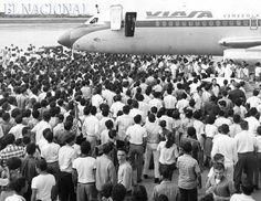 Luis Aparicio a las puertas del avión de la  aerolínea VIASA, en el aeropuerto Grano de Oro en Maracaibo, donde fue objeto de un multitudinario recibimiento luego de su llegada de Estados Unidos donde se tituló con los Orioles de Baltimore campeón de la Serie Mundial de 1966 . Maracaibo. 17-10-1966 (MONTIEL / ARCHIVO EL NACIONAL)