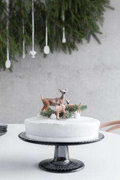 JOULUINEN MAUSTEKAKKU | MUSTA OVI Merry Little Christmas, Christmas Home, Christmas Holidays, Christmas Decorations, Xmas Party, Scandinavian Christmas, Beautiful Christmas, Yummy Cakes, Cake Decorating