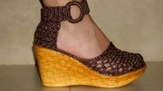 sandalias tejidas para damas Crochet Slipper Boots, Knit Shoes, Booties Crochet, Knitted Slippers, Slipper Socks, Crochet Slippers, Make Your Own Shoes, Crochet Designs, Huaraches