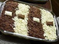 A Receita de Pavê 2 Chocolates é fácil de fazer e fica uma delícia. Ela combina dois cremes, um de chocolate e outro branco, com biscoitos umedecidos e uma