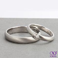 Nicht nur unser #Diamantschmuck ist individuell ! Bei #Yorxs lassen sich auch alle #Eheringe selbst, nach den eigenen Wünschen, konfigurieren. Dieses besonders geschmackvolle Modell ist aus mattiertem #Platin, der #Damenring mit einem kleinen #Diamant und einer persönlichen #Gravur in der #Ringschiene.