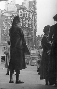 100 Years of Amazing Piccadilly Circus Photos - Flashbak Vintage London, Old London, London History, Piccadilly Circus, Mixed Emotions, Photo B, Famous Landmarks, Old Buildings, Vintage Photos