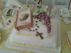 torta de comunion con uvas comestibles y biblia de porcelana!