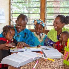 Un matrimonio de testigos de Jehová estudia la Biblia con sus niños