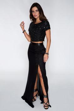 Blusa cropped com aplicação de pedrarias, saia longa cintura alta com fenda lateral, sandália e acessórios. Look moderno, perfeito para uma festa ou ocasião mais sofisticada.