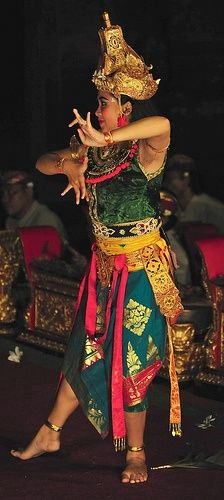 BALINESE DANCER..... PERFORMED AT THE ROYAL PALACE IN UBUD....2009..........PHOTO BY RICHARD VIGNOLA...ON FLICKR.....PARTAGE OF KT.......