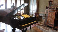 Il suo ultimo pianoforte che nessuno ha mai più  suonato e che per rispetto non è  mai più  stato accordato. Dietro si vede la poltrona dove si sedeva a leggere e a studiare.  #giuseppeverdi #ig_milano #milanodavedere by lumina1947