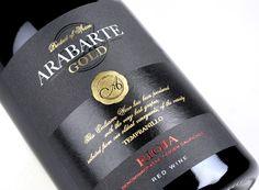 Arabarte cambia su presentación para el mercado ruso. Hemos preparado un elegante fondo mate donde resaltan los oros, barnices y rojos para este conjunto clásico.