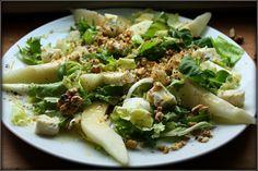 Choochla: Sałatka z gorgonzolą, gruszką i prażonymi orzechami włoskimi w sosie miodowo-musztardowym