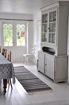 LOPPBERGA: Grått eller blått? Swedish Cottage, Old Furniture, Dinner Table, Cupboard, Rum, Weaving, Kitchen Cabinets, Rag Rugs, House
