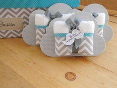 Lembrancinha super bacana para Maternidade: Toalhinha na embalagem de Nuvem com tag de Bigode!!!    **** Caixa Maternidade coordenada, vendida separadamente. ****    ------------------ Antecipe seu pedido e pague menos!!! ------------------    Prazo para produção de 30 dias úteis: 13,00 a unidade... Baby Shower Deco, Baby Boy Shower, Baby Crafts, Diy And Crafts, Diy Souvenirs, Baby Staff, Baby Born, Baby Party, Kids Online