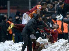 Aclimatada celebración del gol de Didi Drogba con Wesley Sneijder, y con el cual el Gatasaray de Turquía le ganara al Juventus.