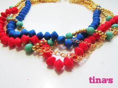Collana con perle in fimo - cernit nei colori rosso - verde e blu  con intreccio di catene dorate.