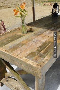 """Patio table made from Pallet wood. Excellent """"how to"""" here & some good advice on strippinhg down a Pallet to get the best out of it. Also a link to another Pallet project ; Pallet Crafts, Pallet Projects, Home Projects, Diy Pallet, Pallet Ideas, Pallet Designs, Diy Crafts, Pallet Furniture, Furniture Projects"""