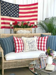 28 Stunning Rustic Style Fourth Of July Independence Day Decor Ideas - Arredamento estivo Country Farmhouse Decor, Rustic Decor, Farmhouse Style, Primitive Decor, Primitive Outdoor Decorating, Country Porch Decor, Rustic Americana Decor, Summer Porch Decor, Porch Wall Decor