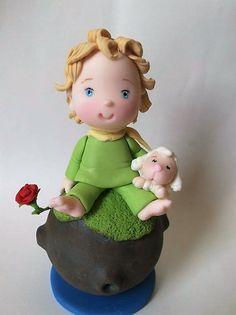 topo de bolo pequeno príncipe no cometa com a ovelha na perna. Peça feita em biscuit.