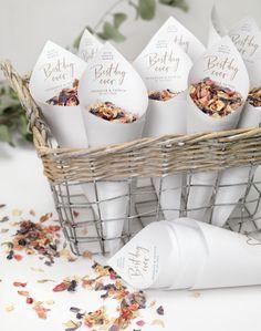 Es ist einfach großartig, von einem Blütenregen vor nach er Trauung empfangen zu werden. Hier findet ihr eine Vorlage, für hübsche Streublumen-Tüten. Diy Wedding, Dream Wedding, Wedding Day, Aboriginal Art, Here Comes The Bride, Wedding Details, Alice, About Me Blog, Wedding Inspiration