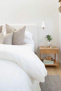 Minimalist Bedroom, Modern Bedroom, White Bedrooms, Cozy White Bedroom, White Bedroom Design, Light Bedroom, Neutral Bedrooms, Small Bedrooms, Guest Bedrooms