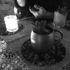 In un Mondo parallelo  Tieniti strette le persone che ti lasciano arrivare a casa col telefono ancora carico... #blackandwhite #moscowmule #spring #unavitadanonmoriremai #santarcangelo #bynight #rimini #vivo #life #love #joy #finally #picoftheday #photoofthenight #me by _la.lory_