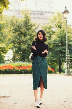 coupe de cheveux mi longs noirs, comment porter les couleurs neutres avec pull noir et jupe longue en vert foncé