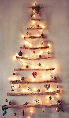 Julgran med tjocka grenar på väggen