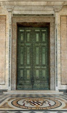 puerta santa de san juan de letran formada por la antigua puerta de la Curia del Senado.