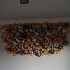 Ściana wyłożona plastrami drewna.